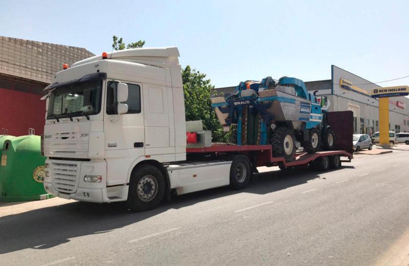 murpatrans-empresa-transporte-murcia-agrimulsa-vendimiadora-b-63873-ve-y-tractor-frutero-new-holland